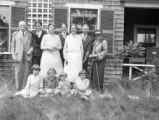 Duxbury (Massachusetts), group portrait outside cottage