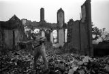 Chongqing (China), Harrison Forman photographing the ruins of bombed buildings