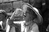 Yanan (China), man with a can of emergency drinking water