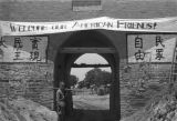 Shaanxi province (China), soldier at city gate with welcome sign