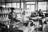 Guiyang (China), men manufacturing artificial limbs