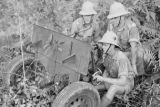 Malaysia, Royal Artillery troops in jungle with field cannon