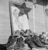 Shanghai (China), shoe display in store window with poster of General Zhu De