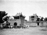 Ershilipu (China), group with horses outside gate at temple
