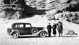 Eṣfahān province (Iran), Frederick G. Clapp, Mrs. Streeper and Hossein standing next to car