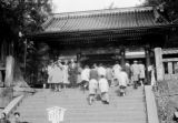 Japan, people standing at Omote-mon gate at Toshogu Mausoleum in Nikko