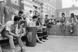 A drum circle outside of Mitchell Hall / Un circo de bombas fuera de Mitchell Hall
