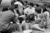 Students and community members eat outside of Chapman Hall / Estudiantes y miembros de la...