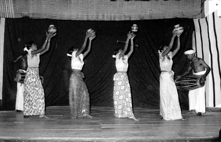 Sri Lanka Women Performing Pot Dance In Kandy Agsl Digital Photo Archive Asia And Middle East Uwm Libraries Digital Collections
